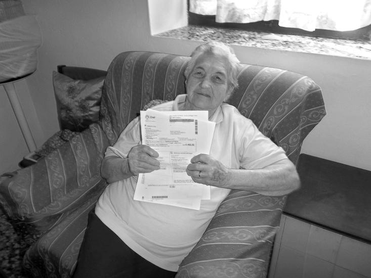 Amalia Borutti, 93 anni, una pensionata che vive sola, mostra la bolletta dell'Enel che non è assolutamente intenzionata a pagare.