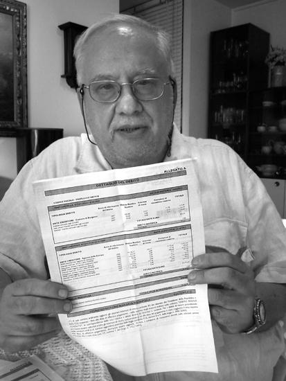 Felice Vanzetti, 71 anni, medico in pensione, con la cartella esattoriale di Equitalia.
