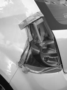 Non può permettersi di riparare la carrozzeria dell'auto (per altro sottoposta a fermo amministrativo), rovinata da alcune botte prese, una delle quali vandalica.