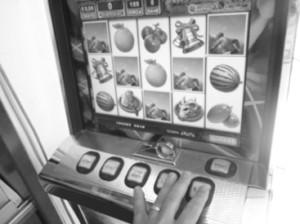 Ci sono lotterie e concorsi i cui i premi sono uno stipendio per 20 anni o una casa, ma per vincere un'abitazione i giocatore hanno una possibilità su 658mila, mentre per assicurarsi un ventennio di stipendi, si ha una possibilità su 3,8 milioni.