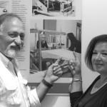 Nella sezione dedicata alla tessitura del Museo del Territorio di Pievebovigliana, Franca Capridossi e il sindaco Sandro Luciani, 63 anni, indicano la foto che ritrae Franca e la sua scomparsa maestra, Maria Ciccotti.