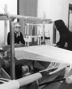 In questa fotografia degli anni '70 vediamo, a sinistra, la maestra tessitrice Maria Ciccotti (1911/1992) assistita dall'allora giovane allieva Franca Caprodossi.