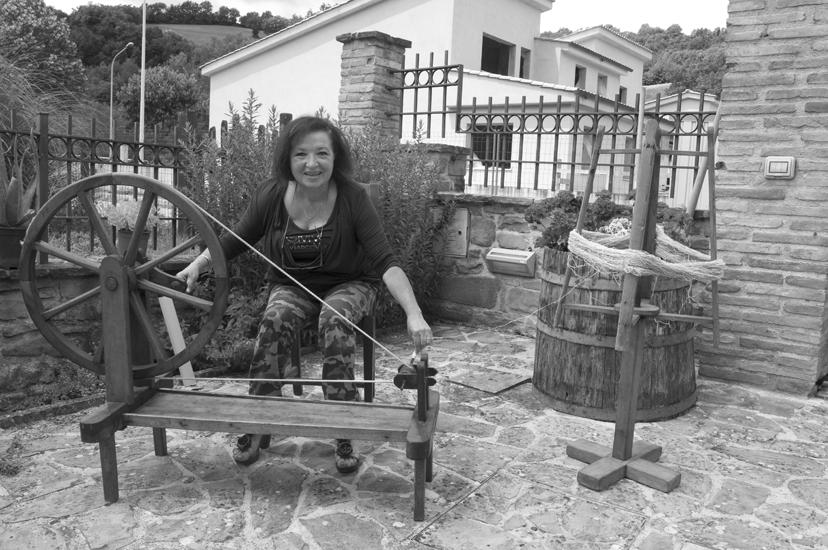 La 66enne Franca mentre lavora all'arcolaio.