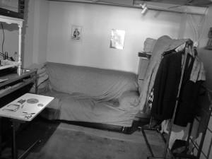 Un vecchio divano è il suo letto, le prese elettriche sono messe ben lontane dal pavimento, poiché in caso di forte pioggia l'acqua arriva fino all'altezza delle caviglie