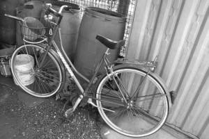 La bici, unico mezzo di trasporto del 56enne, con la quale va in cerca degli oggetti buttati che poi rivende.