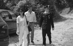 A sinistra, il sostituto procuratore Katia Cardillo insieme al capitano Giuseppe Costa, della compagnia di Battipaglia (a destra), sul luogo del ritrovamento del cadavere.