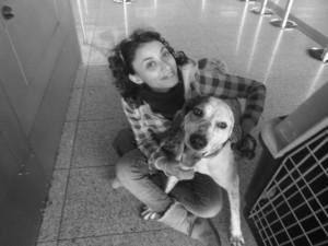 """Dylan e Cinzia, una volontaria di """"AlphaDog"""", un'associazione che da anni aiuta i poveri animali dimenticati, quasi tutti reduci da maltrattamenti o randagi."""