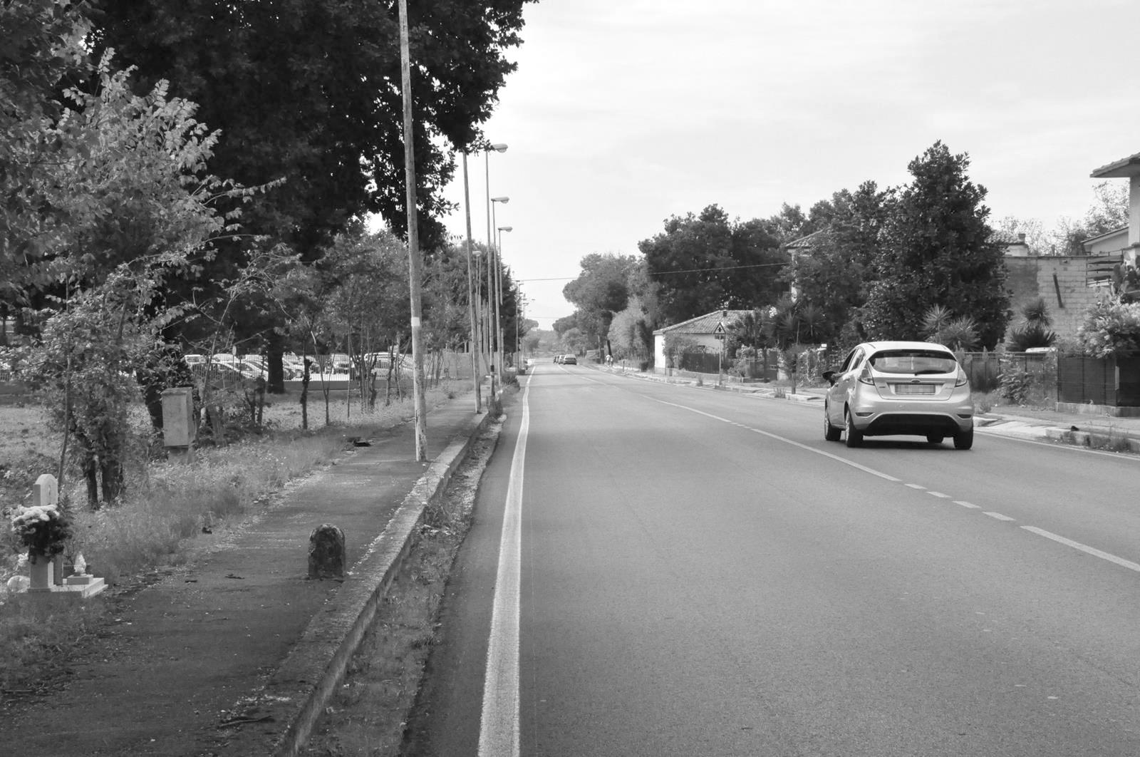 Un lungo rettilineo dà agli automobilisti l'illusione di poter sfrecciare in sicurezza ignorando i limiti di velocità, ma gli incroci mal segnalati, si rivelano spesso mortali.