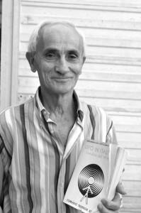 Marziano Giampieri con il libro del professor Massimo Inardi, in cui, insieme a molti altri, è descritto anche il suo avvistamento alieno.