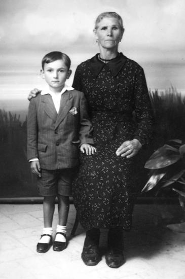 Marziano Giampieri all'età di 8 anni, insieme con nonna Rosa