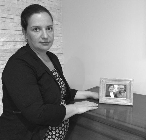 Non deve più succedere*** Stefania Pinchera, 36 anni, mostra la foto dei genitori, periti in un incidente automobilistico il 18 luglio 2013.
