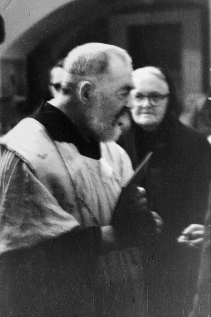 """Ogni nazione era interessata a controllare il """"fenomeno"""" padre Pio. Nel 1923, da New York, giunge appositamente a San Giovanni Rotondo Mary Pyle (nella foto con il frate), che costruirà, per beneficenza e amicizia verso il frate, il convento e la chiesa della Sacra Famiglia, a Pietrelcina."""