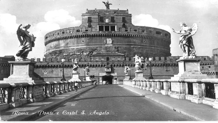 """Castel Sant'Angelo: qui nel cortile dell'Angelo, all'interno del castello, fu esposta per tre giorni la testa di padre Guercino. Sisto V, da poco succeduto a papa Gregorio XIII, obbligò il clero romano a una """"macabra processione davanti alla testa mozzata del povero prete""""."""