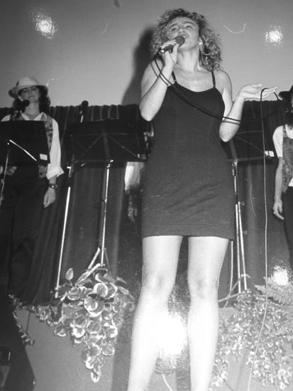 Serena sul palco all'inizio della carriera, prima dell'interruzione a causa  della malattia dei genitori.