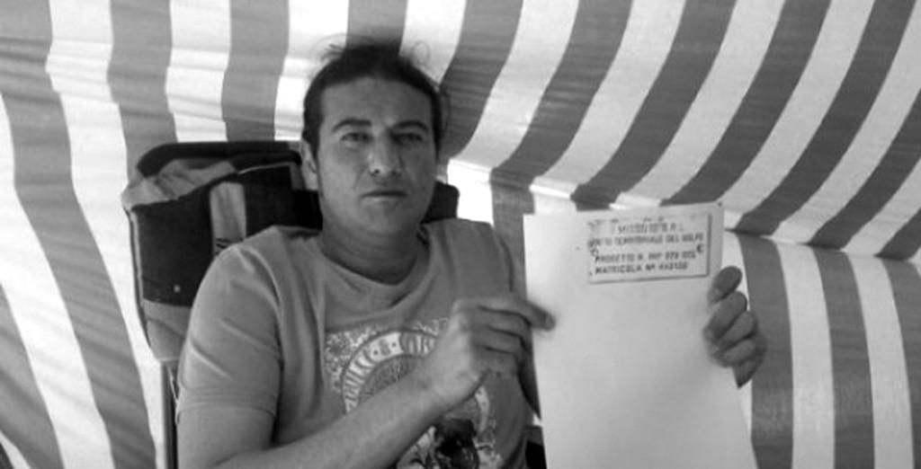 Il 40enne Emilio Missuto, in sei anni ha si è incatenato davanti ai tribunali, ha denunciato alla magistratura le malefatte delle persone che l'avrebbero ridotto sul lastrico, ha raccontato i fatti a giornali e tv, senza ottenere nulla.