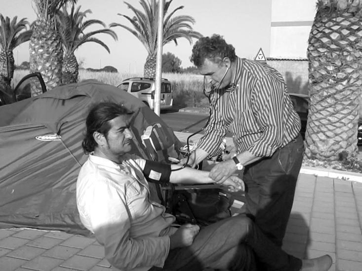 Durante una protesta, un medico controlla la pressione a Missuto, il quale più di una volta è finito in ospedale per avere fatto degli scioperi della sete e della fame