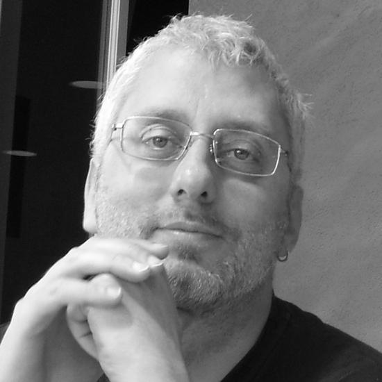 «Nel 2003 ho visto un dispositivo portatile basato su questa tecnologia di controllo mentale e da allora sono diventato un testimone particolarmente scomodo», dice il 48enne.