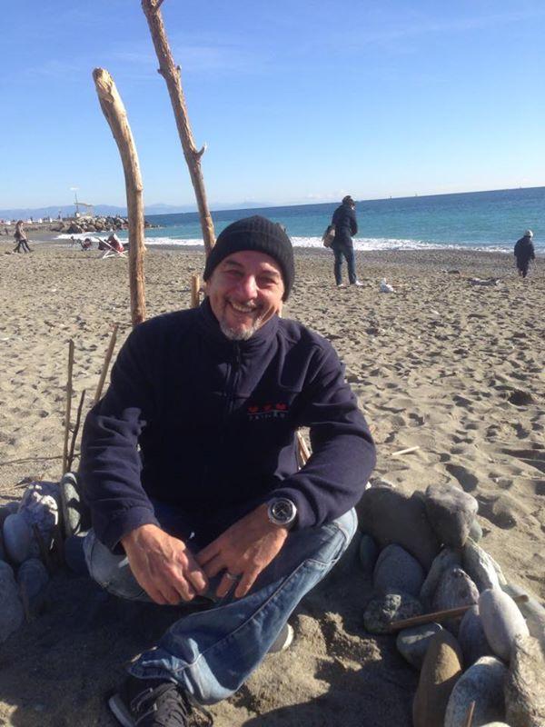 ajad seduto in spiaggia