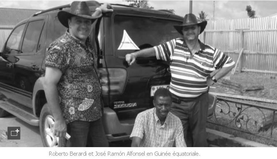 Roberto (è il primo a sinistra) in Africa con alcuni amici.