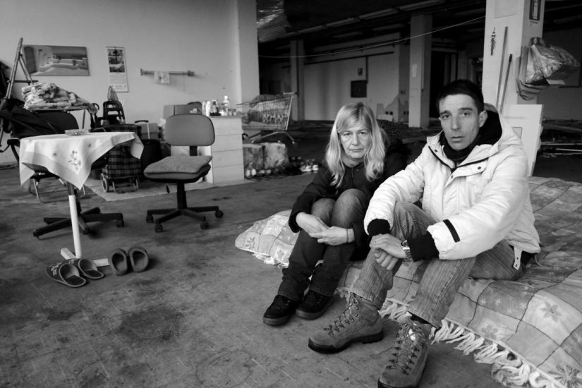 Claudio e Anna nella ex fabbrica di missili abbandonata, dove hanno cercato di ricreare in un angolo un luogo dove poter vivere, ovviamente al freddo e al buio, poichè sprovvisti di qualsiasi tipo di energia.
