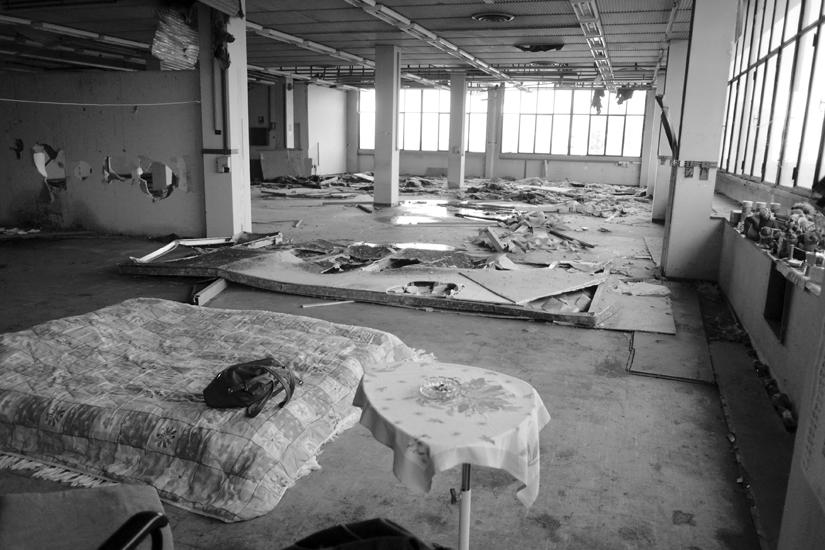 Al terzo piano hanno ricavato un angolo dove poter vivere dopo aver cecato di ripulirlo dalle macerie.