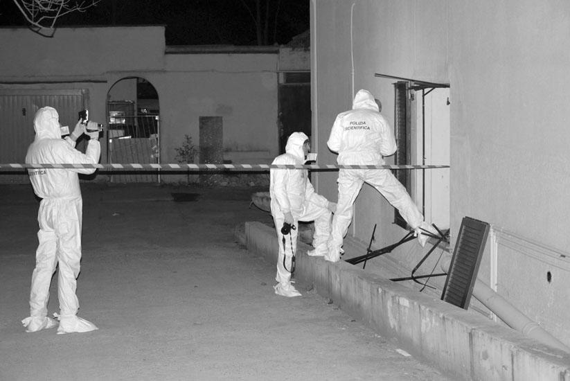 I poliziotti hanno dovuto segare le inferriate alle finestre per entrare nella casa della donna e quando ci sono riusciti per Adliana Picari era già morta sotto le coltellate del suo aguzzino. 09