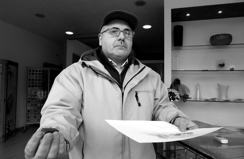 SALERNO - PROTESTA RESIDENTI FRAZIONE FRATTE CONTRO FONDERIE PISANO - ERNESTO LANGELLA CON CALAMITA, FOGLIO DI CARTA E RESIDUI DELLO SPAZZAMENTO