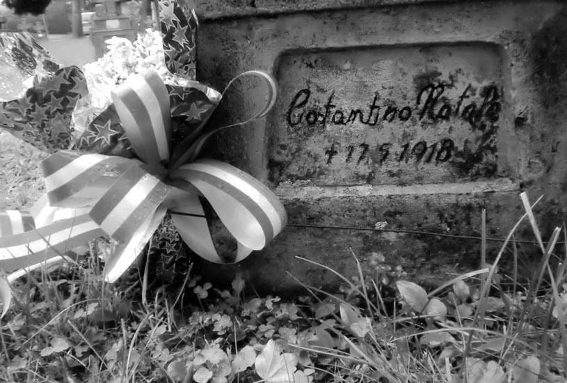 A ricordare l'estremo sacrificio di Natale c'è una croce con una datae una lapide provata dalle intemperie, accanto alla quale i suoi parenti hanno deposto dei fiori.