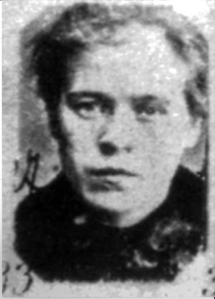 """Angela Cavalli era una donna di mezza età, non bella ma con quel """"non so che"""" che provocava gli uomini. Ebbe la sfortuna d'incontrare, lungo un sentiero di montagna, un maniaco che la uccise."""