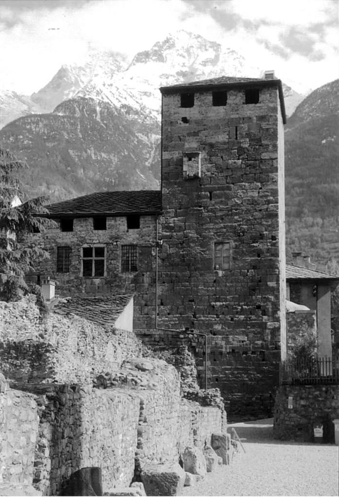 """La """"torre dei Balivi"""", ad Aosta. Nella casa a sinistra abitava Nadi Chibono, il muratore con tendenze feticiste che uccise Angela Cavalli dopo averle chiesto il reggiseno."""