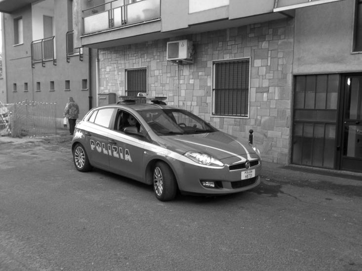 I vicini, negli ultimi tempi, avevano notato un andirivieni di donne che frequentavano l'appartamento dell'ex poliziotto, dal quale, ogni tanto, arrivavano delle urla.