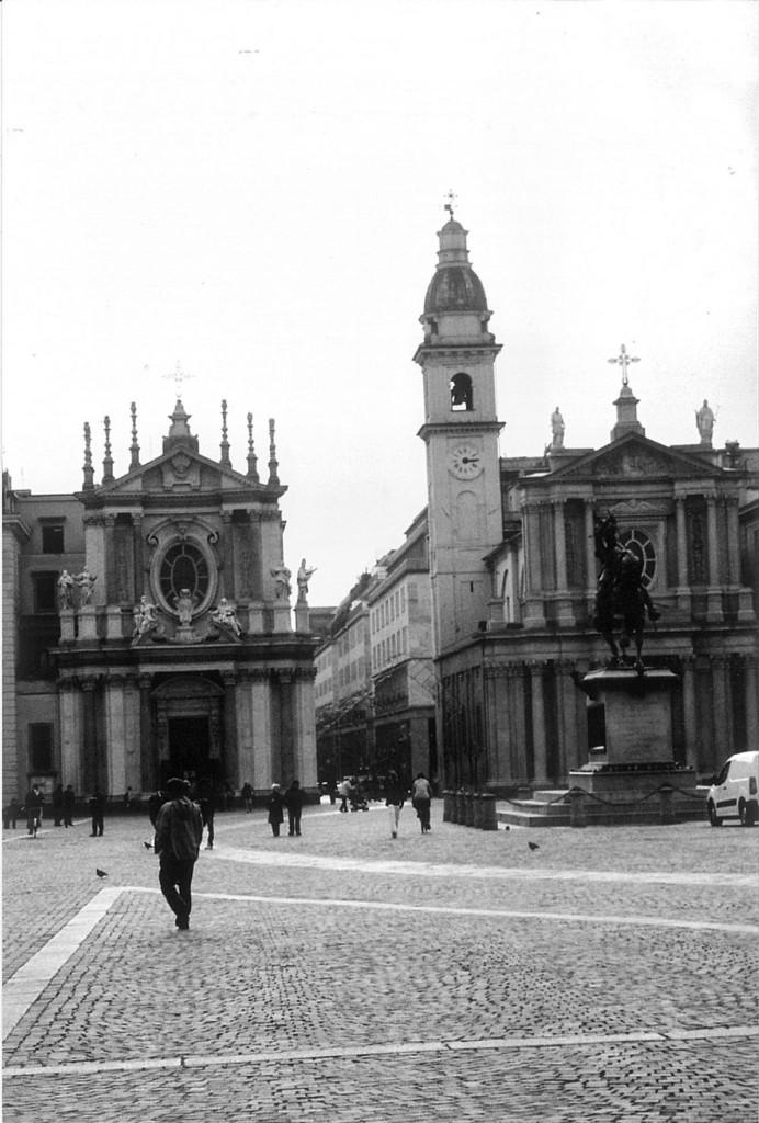 Piazza San Carlo di Torino. Sotto i portici di questa piazza c'era l'oreficeria dove Nadi Chibono è andato a vendere l'orologio e la catenina d'oro rubati ad Angela Cavalli. Fu la segnalazione dell'orefice a mettere la polizia sulla strada giusta.