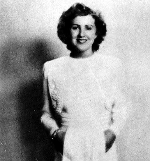Goebbels e Speer descrivono Eva Braun come un'oca giuliva che viveva solo in funzione del suo uomo, Adolf Hitler, dal quale era pronta ad accettare tutto. Visse per 16 anni nell'ombra, accontentandosi degli scampoli di tempo che il dittatore le concedeva.