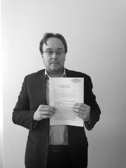 """«Non faccio """"sparate""""»*** L'avvocato Marco Mori, 37 anni, mostra la denuncia che intende presentare."""