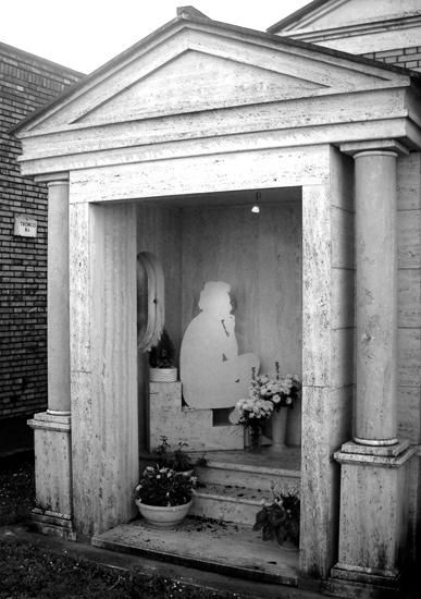 Alla fine degli anni '80 arrivano nostalgia, tristezza, malinconia, esaurimento e depressione e Tognazzi, bisognoso di conferme, trova calore nel clan familiare che affettuosamente lo circonda. Nella foto la tomba dell'attore nel cimitero di Velletri.