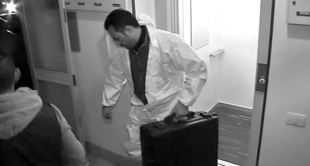 Ogni metro dell'abitazione è stato passato al setaccio dagli esperti del Nucleo Investigazioni Scientifiche dell'Arma dei carabinieri.