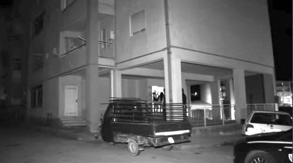 La tragedia si è consumata all'interno di un alloggio popolare, al quarto piano di un edificio di via Alessio Di Giovanni, nel quartiere di Fontanelle.