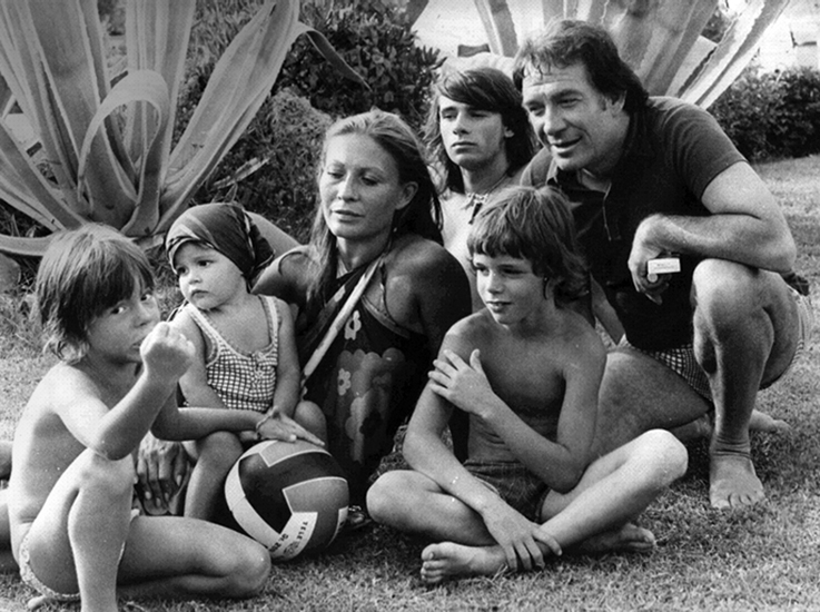 In questa foto degli anni Settanta, Tognazzi è con la moglie Franca Bettoja, e i quattro figli.