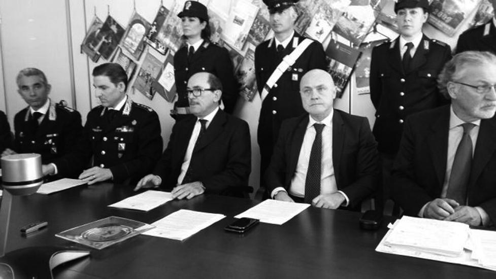 Conferenza stampa (al centro, con gli occhiali, il procuratore, Federico Cafiero de Raho)
