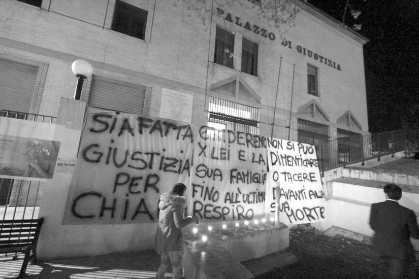 """La sera della sentenza, davanti al tribunale la mamma, i parenti e gli amici di Chiara hanno manifestato con striscioni e candele per chiedere quella che loro hanno definito """"la vera giustizia""""."""