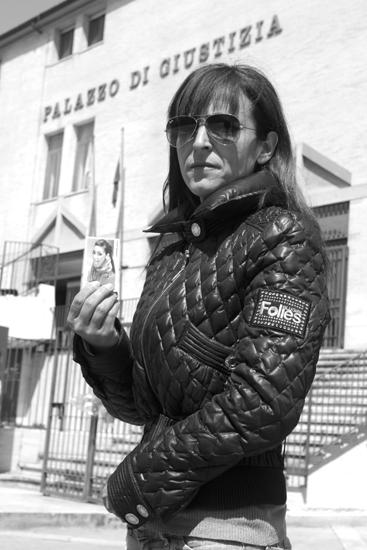 Non si dà pace*** Daniela Mella, 44 anni, di Cassino, mostra la foto della figlia Chiara Sacco, morta per overdose a 19 anni, nell'ottobre del 2012, in un appartamento di Sora.