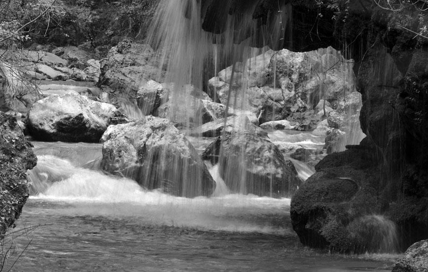 Casaletto Spartano è ubicato nel cuore del Parco Nazionale del Cilento Vallo di Diano e Alburni, ed è famoso, tra le altre cose, per la presenza di un'oasi naturalistica dove tra l'altro è possibile ammirare la cascata Capelli di Venere.